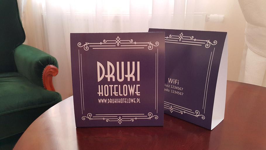 kartonowe stojaki_druki hotelowe_reklama na stolik_druki restauracyjne
